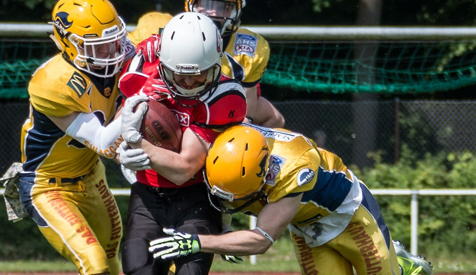 Die Fighting Pirates Defense stoppt die Hamburg Pioneers